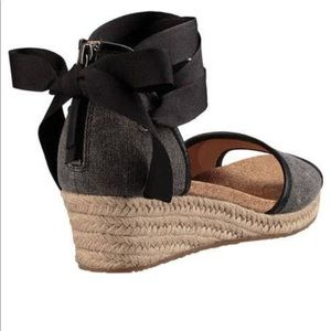 c814b80f11f Brand New Ugg Amell Wedge SZ 9 NWT